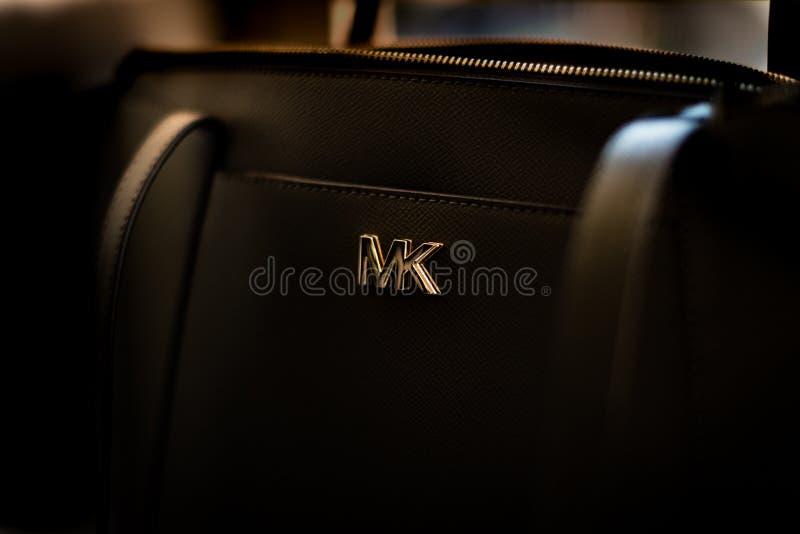 Isolado perto acima de um logotipo preto do handbagand de Michael Kors imagem de stock royalty free
