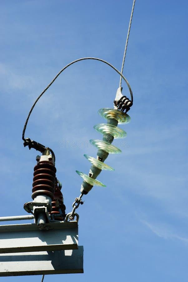 Isoladores em uma coluna elétrica de alta tensão foto de stock royalty free