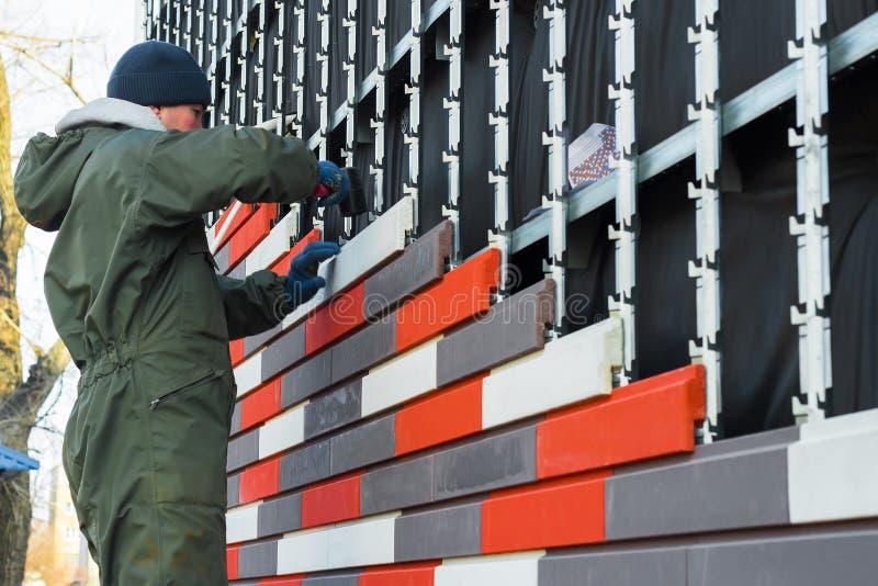 Isolamento artificiale della pietra decorativa dei fossades della costruzione immagine stock
