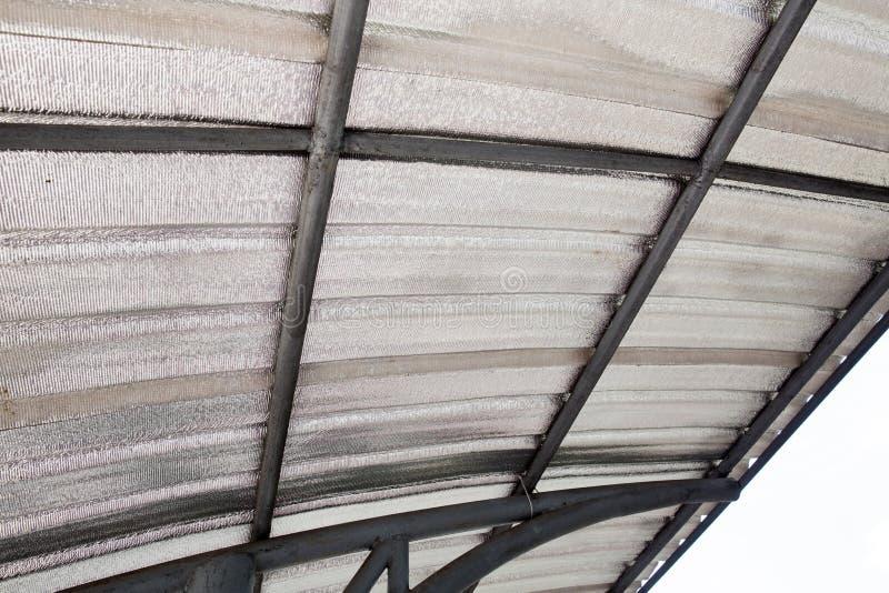 Isolamento della soffitta con la barriera fredda della vetroresina e la barriera di calore riflettente fotografia stock
