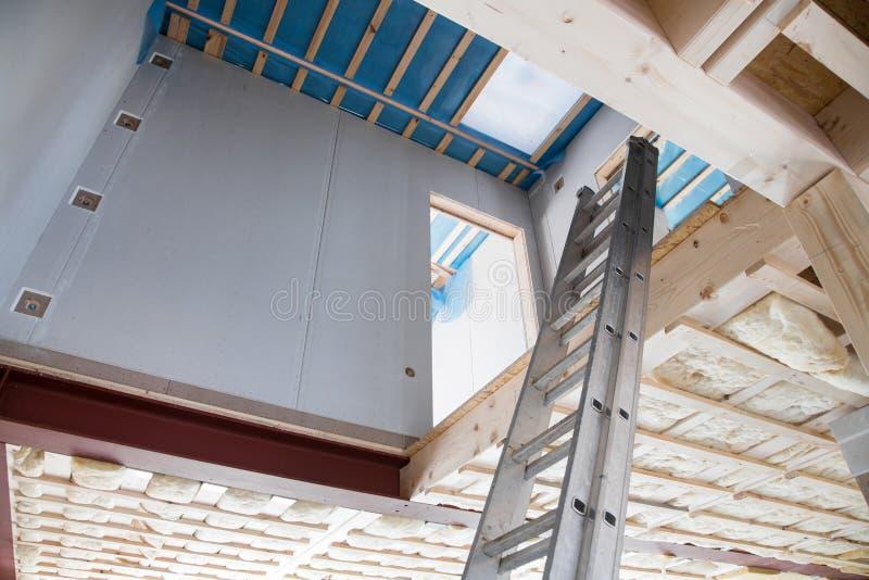 Isolamento di calore in una nuova casa prefabbricata. immagini stock libere da diritti