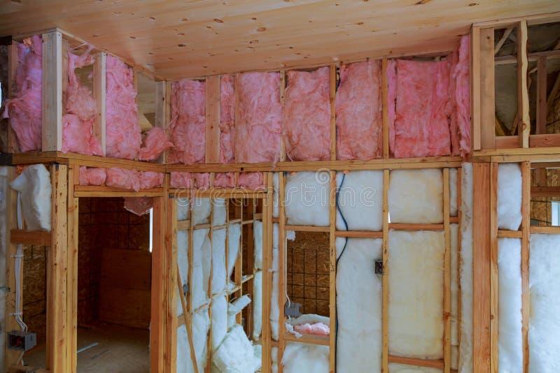 Isolamento do calor em uma casa nova com lãs minerais, madeira da casa fotografia de stock royalty free