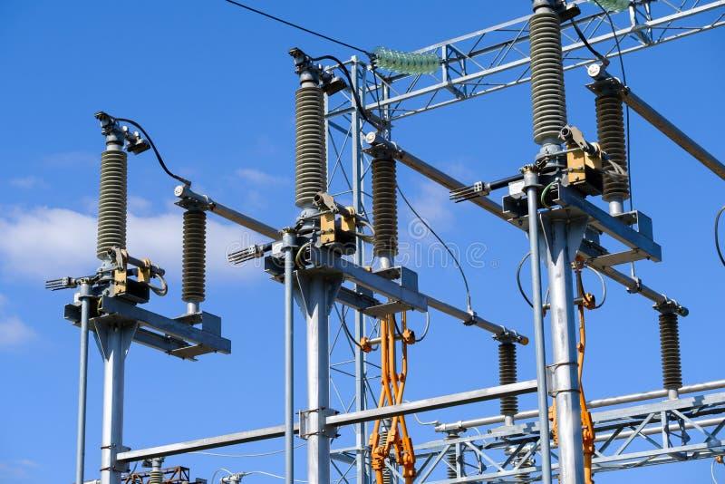 Isolants et transformateurs à la sous-station électrique photo stock