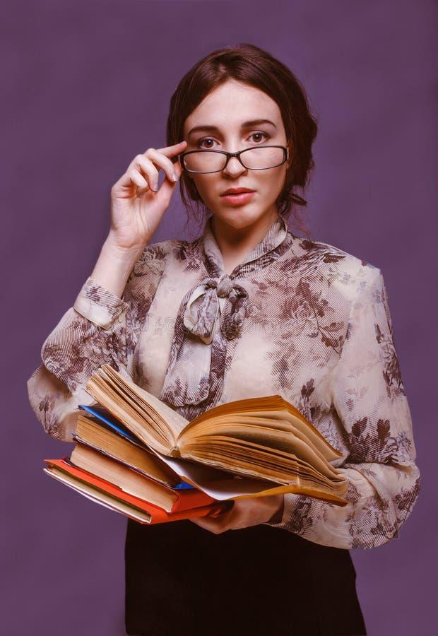Isolat för läsebok för lärare för flicka för student för brunettkvinnaexponeringsglas fotografering för bildbyråer