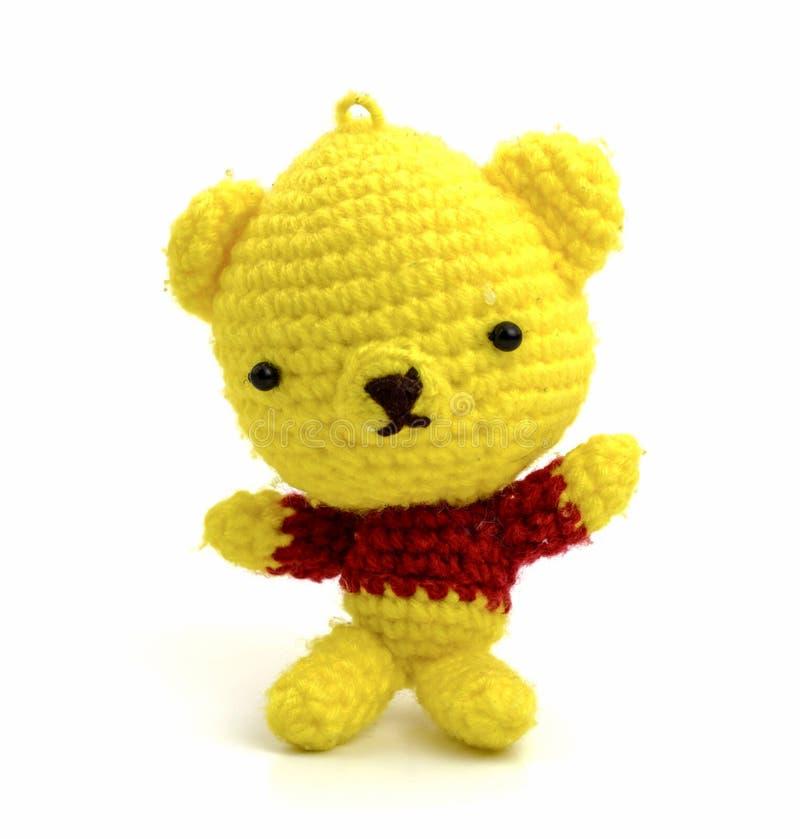 Isolat fait main de poupée d'ours de jaune de crochet sur le fond blanc photo stock