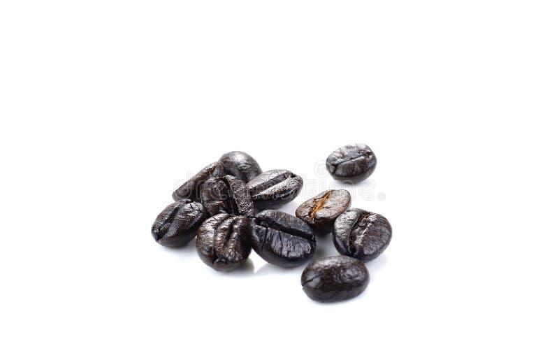 Isolat noir de grains de café sur le fond blanc image libre de droits