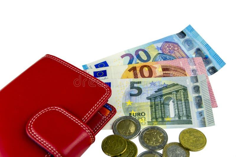 Isolat på vit EU-kassa Sedlar av 5, 10, 20 euro coins något Röd plånbok för kvinna` s arkivfoton