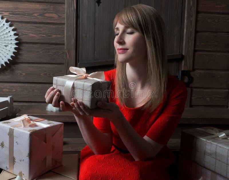 Isolat på vit Lycklig kvinna som väntar på öppningen av julgåvor royaltyfria foton