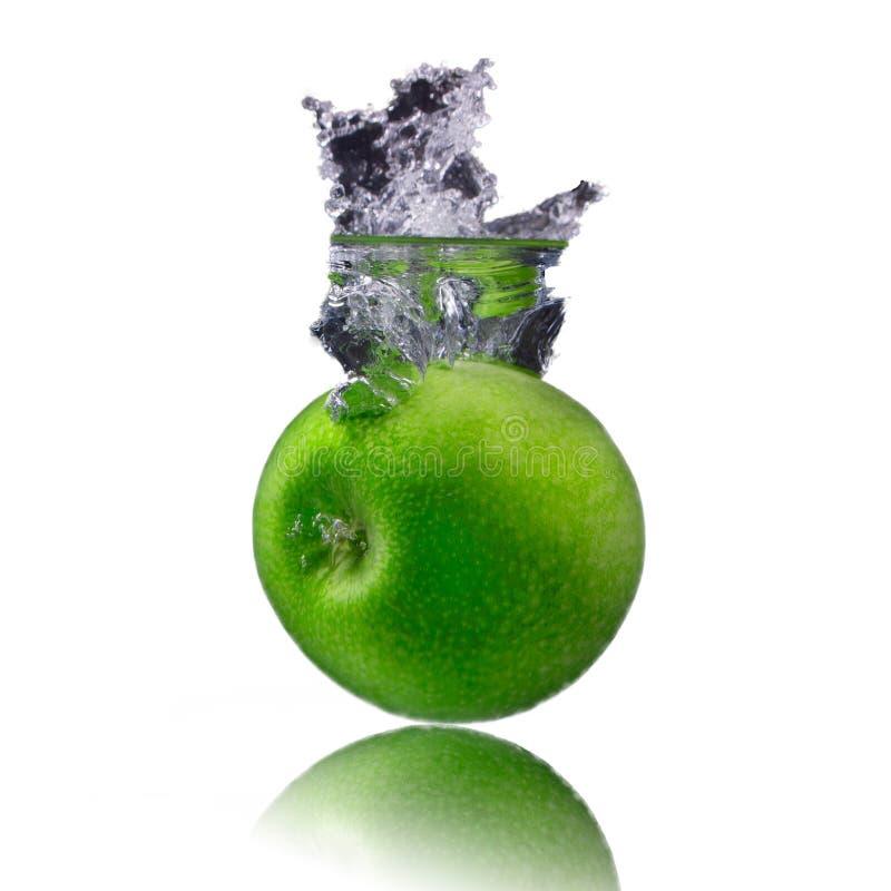 Isolat vert de pomme sur le fond blanc avec de l'eau peu images stock
