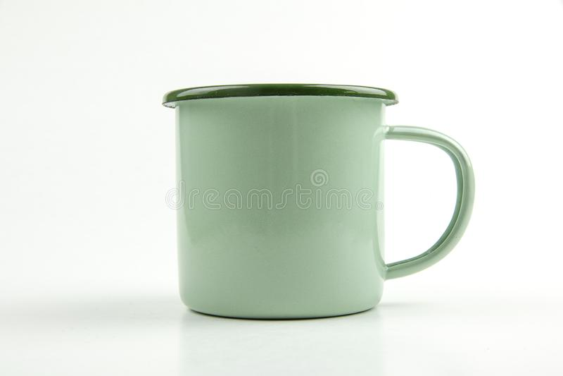 Isolat vert de tasse de bidon sur le fond blanc photographie stock libre de droits