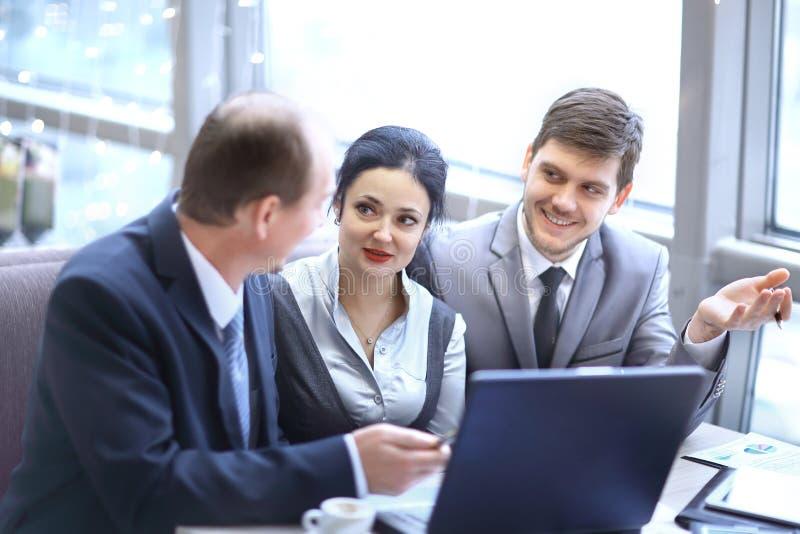 isolated rear view white grupp av affärsfolk som i regeringsställning använder bärbara datorn royaltyfria bilder