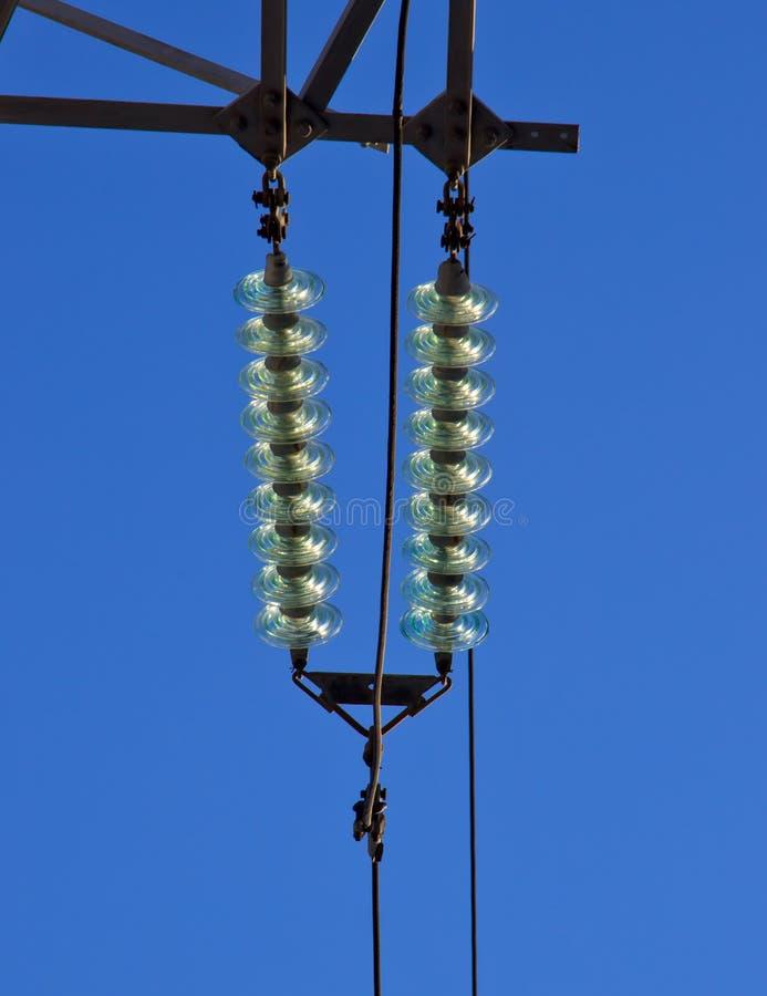 Isolateurs de disque faits de verre durci sur une ligne de transport d'énergie photos libres de droits