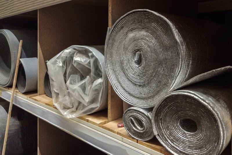 Isolation de mousse de polystyrène et membrane se reflétante lavsan d'isolation en petits pains photos libres de droits