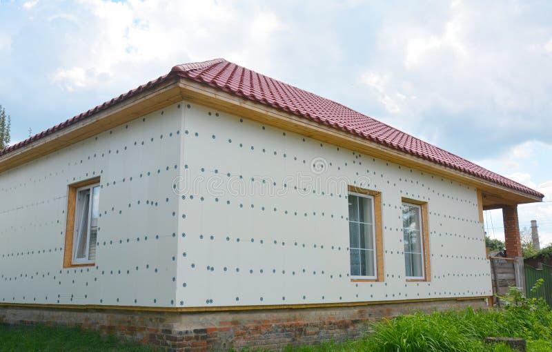 Isolation non finie de maison prête pour plâtrer le mur avec l'isolation rigide de mousse image libre de droits