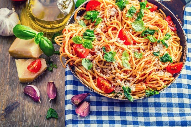 isolationsschlauch Italienische und Mittelmeerküche Spaghettis Bewohner von Bolognese mit Kirschtomate und -basilikum lizenzfreie stockbilder