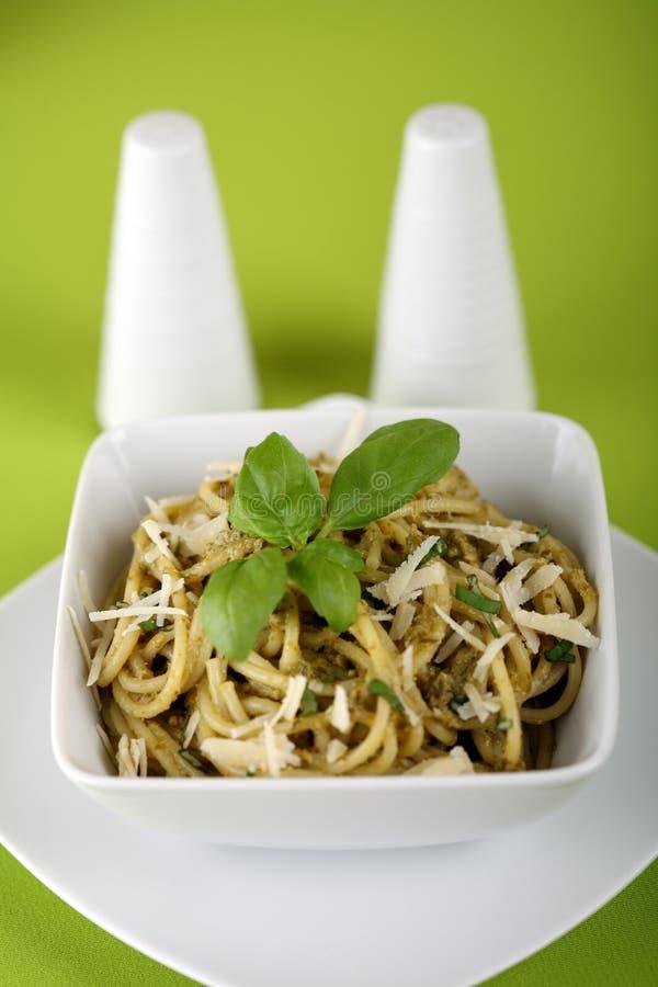 Isolationsschlauch mit pesto sause und Parmesankäse. stockbild