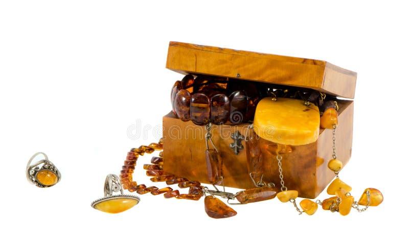 Isolato ambrato della casella di legno dell'annata dei monili su bianco fotografia stock