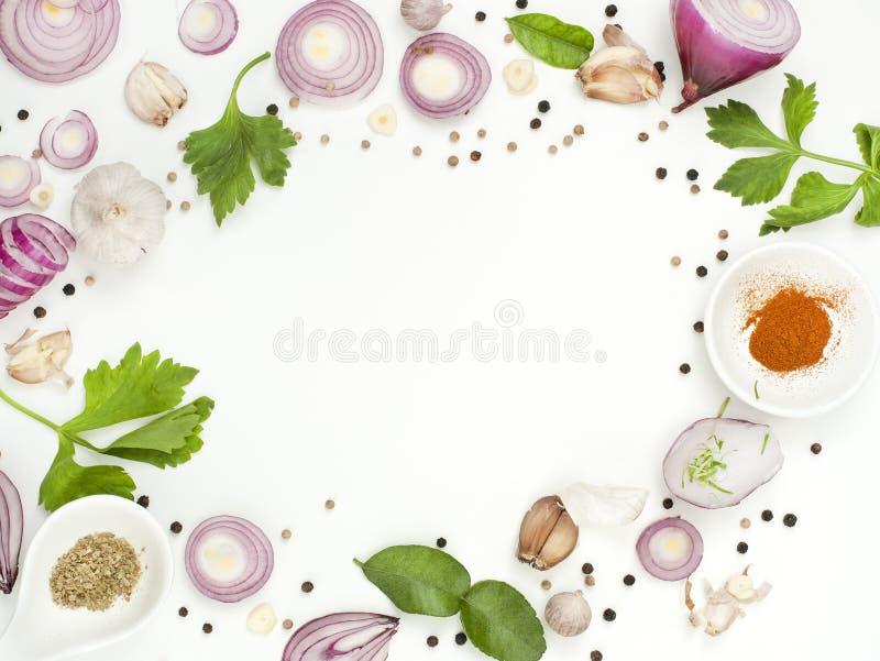 Isolato dell'alimento dei miscelatori delle spezie su fondo bianco fotografia stock