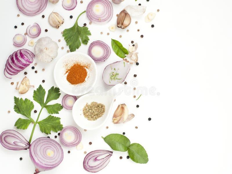 Isolato dell'alimento dei miscelatori delle spezie su fondo bianco fotografie stock libere da diritti