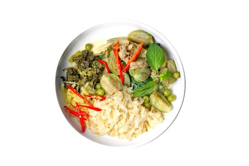 Isolato di alimento tailandese popolare, la tagliatella cinese con il curry verde del pollo in latte di cocco ha completato l'erb fotografie stock libere da diritti