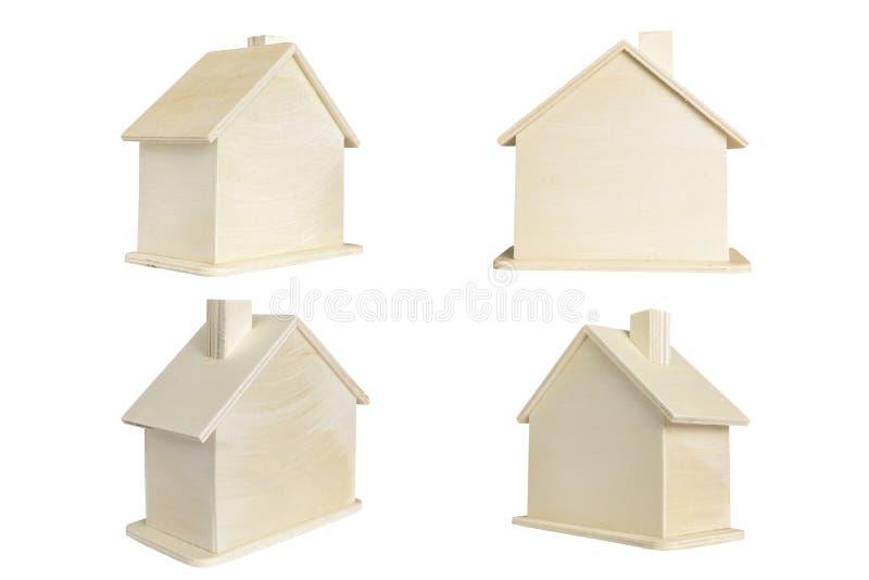 Isolato di legno miniatura della casa su fondo bianco immagine stock