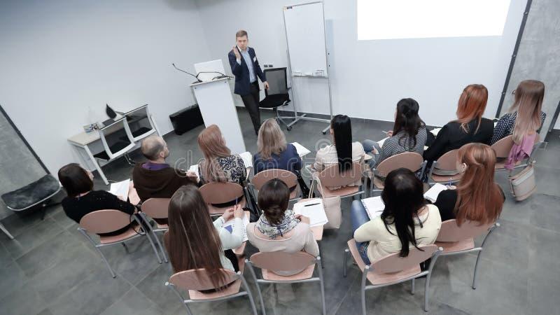 Isolato su bianco il project manager conduce una riunione fotografia stock