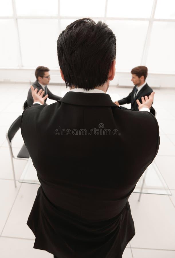 Isolato su bianco l'uomo d'affari tiene una riunione di lavoro immagini stock