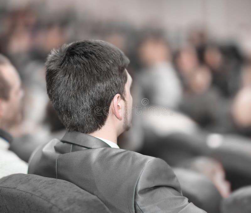 Isolato su bianco la gente di affari ascolta l'altoparlante alla presentazione di affari immagine stock libera da diritti
