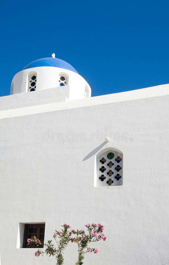 Isole blu del Greco di Imerovigli Santorini della chiesa della cupola immagine stock