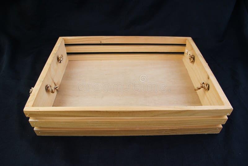 Isole a caixa de madeira com o punho do aperto da corda no fundo preto imagens de stock royalty free
