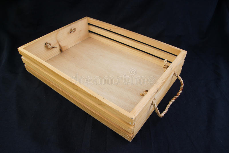 Isole a caixa de madeira com o punho do aperto da corda no fundo preto fotografia de stock