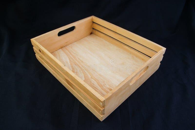 Isole a caixa de madeira com o punho do aperto no fundo preto fotos de stock