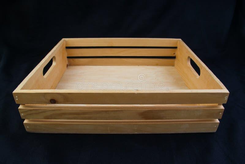 Isole a caixa de madeira com o punho do aperto no fundo preto fotografia de stock