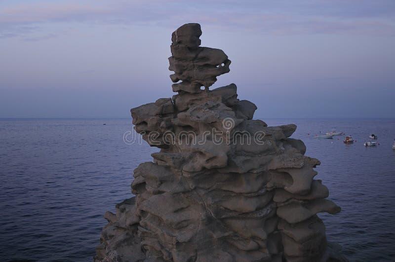 Isole del ciclope a Dawn Sicily Italy - terreni comunali creativi da gnuckx fotografia stock