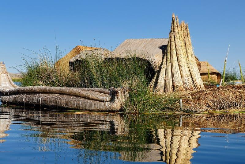 Isole di galleggiamento di Uros sul lago Titicaca, Perù immagini stock
