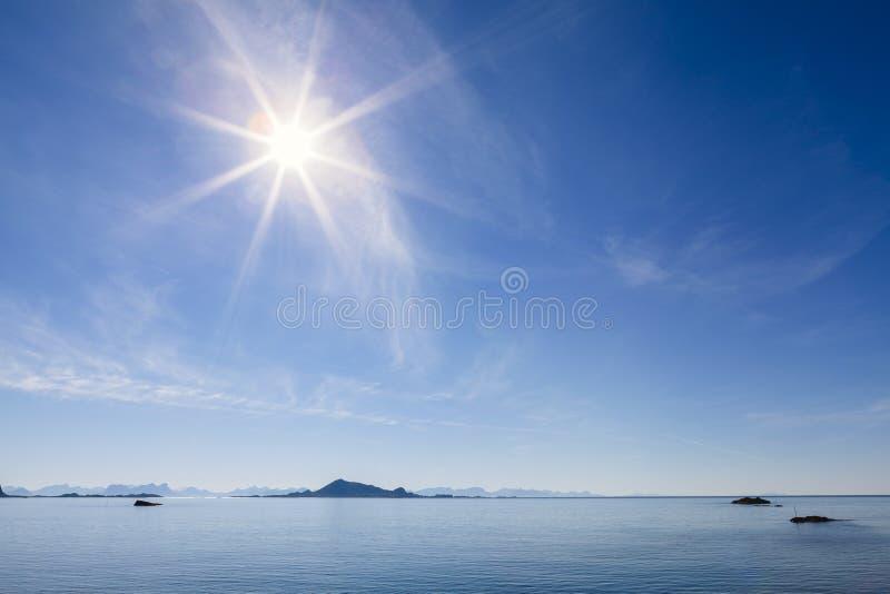 Isole di Lofoten in un giorno soleggiato fotografia stock