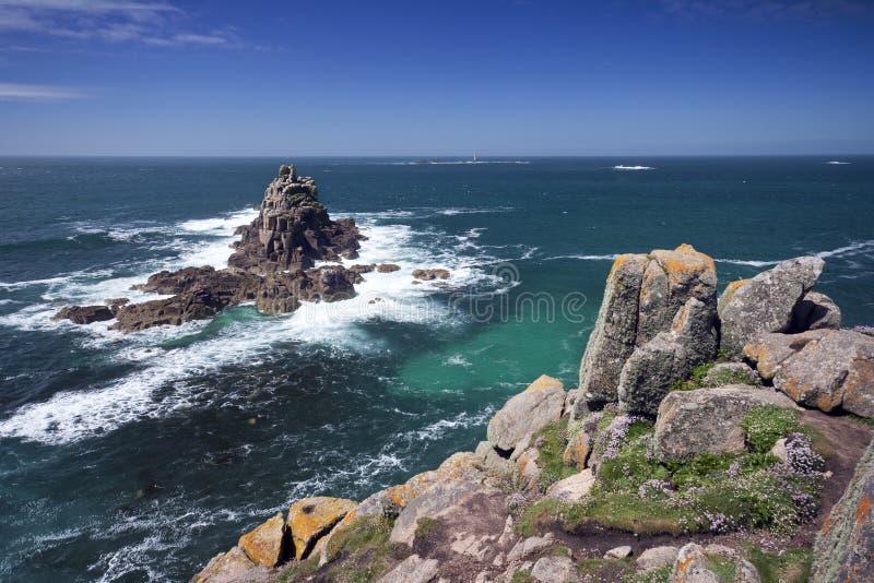 Isole rocciose fuori dal Land's End fotografia stock