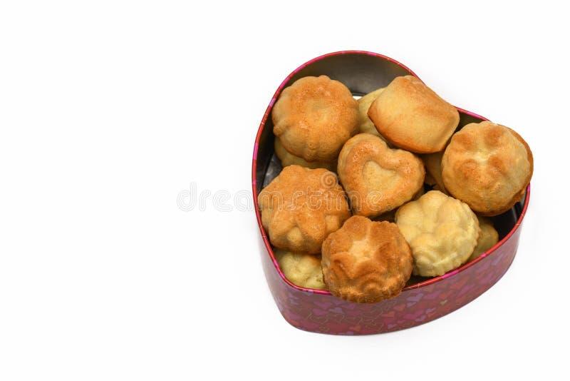 isoleer De dag van de valentijnskaart `s De hart-vormige doos heeft heel wat cupcakes, koekjes royalty-vrije stock fotografie