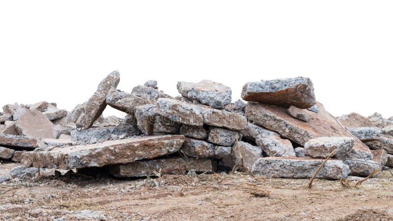 Isoleer grote stapel van schrootbeton stock fotografie