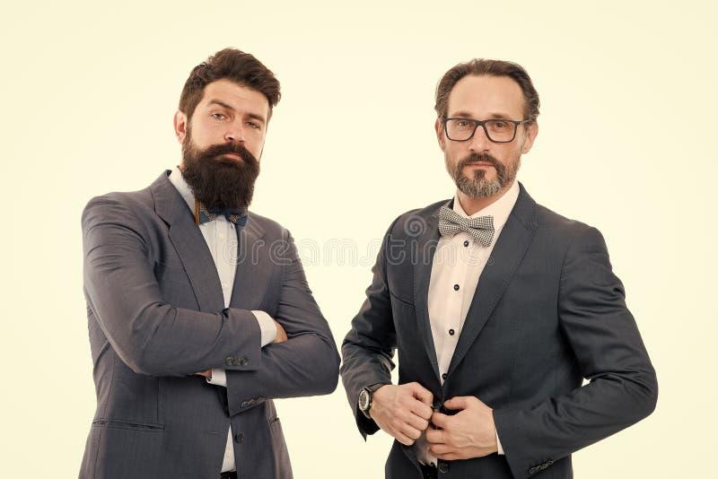 Isoleerde de zakenman modieuze uitrusting wit Partners ervaren collega's Kostuums van de mensen de gebaarde slijtage Wij stock foto
