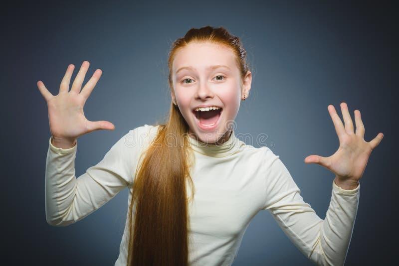Isoleerde het succesvolle gelukkige meisje van het close-upportret grijze achtergrond royalty-vrije stock afbeelding