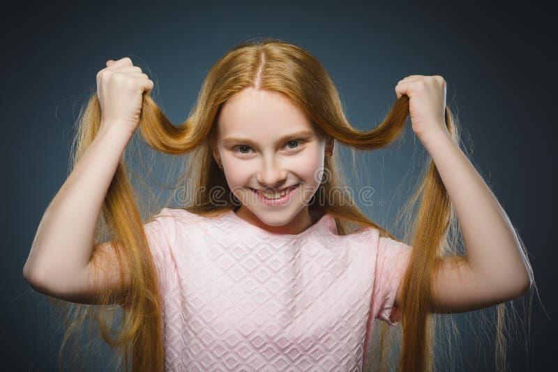 Isoleerde het succesvolle gelukkige meisje van het close-upportret grijze achtergrond stock afbeelding