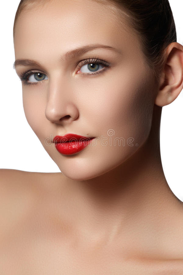 Isoleert het schoonheids modelmeisje die met perfecte samenstelling camera bekijken stock foto