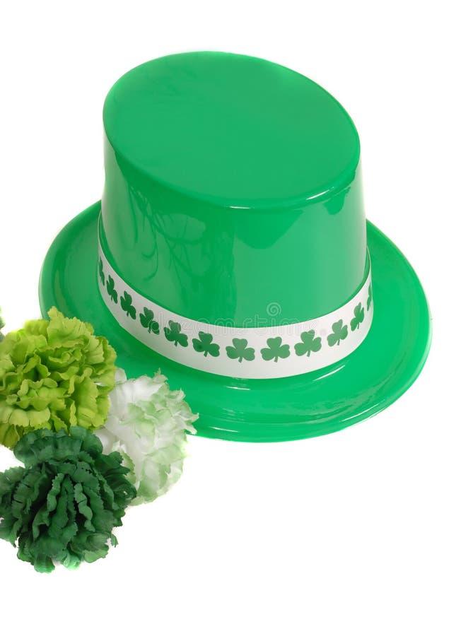 Isolement de chapeau de jour de rue un Patrick avec les oeillets verts photos stock