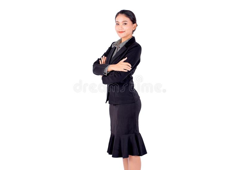 Isolera den asiatiska nätta ställningen för affärskvinnan och vek med leende på vit bakgrund arkivbilder