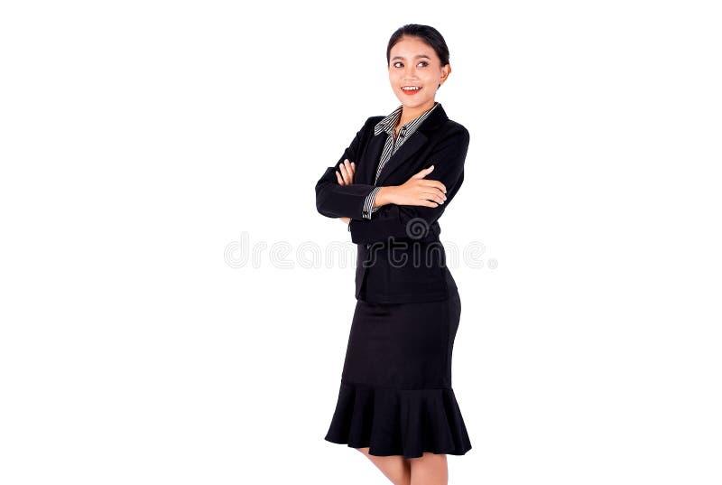 Isolera den asiatiska nätta ställningen för affärskvinnan och vek med leende på vit bakgrund arkivfoton