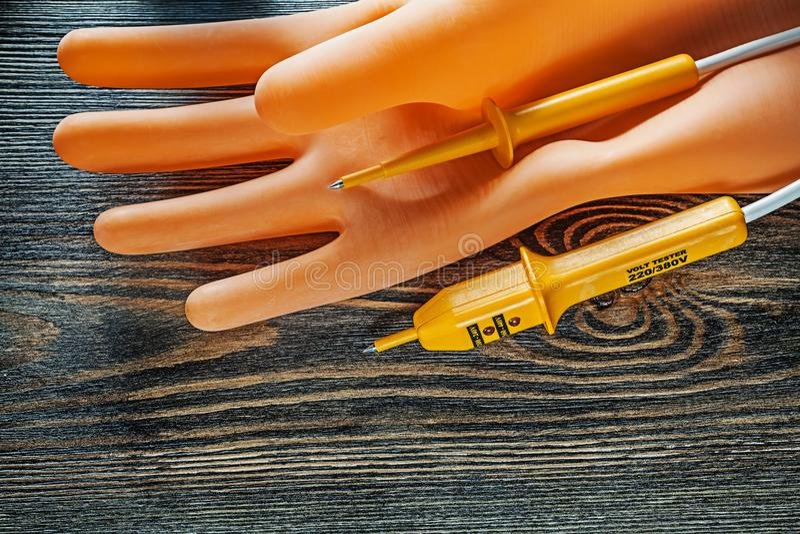 Isolera den elektriska testeren för handskar på bästa sikt för träbräde royaltyfria bilder