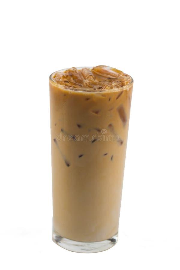 Isolera den glass koppen för med is lattekaffe på vit bakgrund I clud arkivbilder