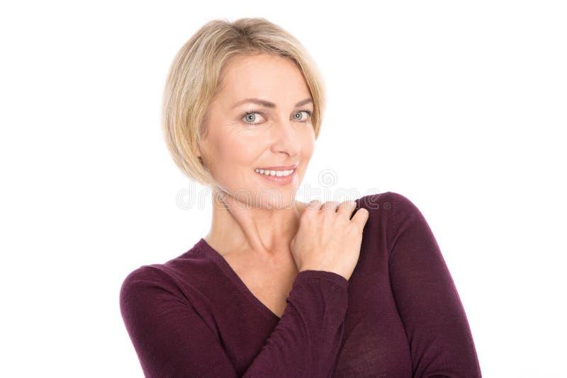 Isolerad äldre kvinna med blont hår - relaxt och le. royaltyfria bilder