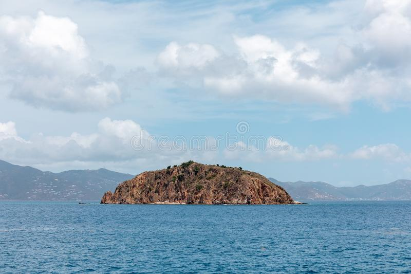 Isolerad ö i mitt av havet arkivbilder
